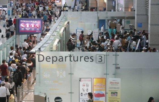 인천국제공항 출국장이 여행객들로 북적이고 있다. /사진=머니투데이DB