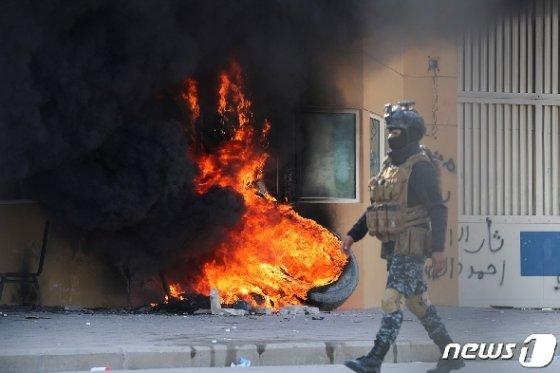 바그다드 주재 미국 대사관 건물 부근에서 치솟는 불길. © 로이터=뉴스1