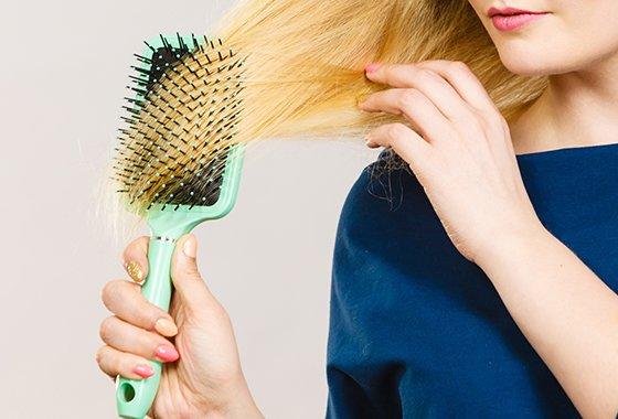 손상된 머리를 빗을 땐 쿠션 브러시를 이용해 아랫머리부터 잡고 빗은 후 전체 머리를 빗는 것이 좋다./사진=게티이미지뱅크
