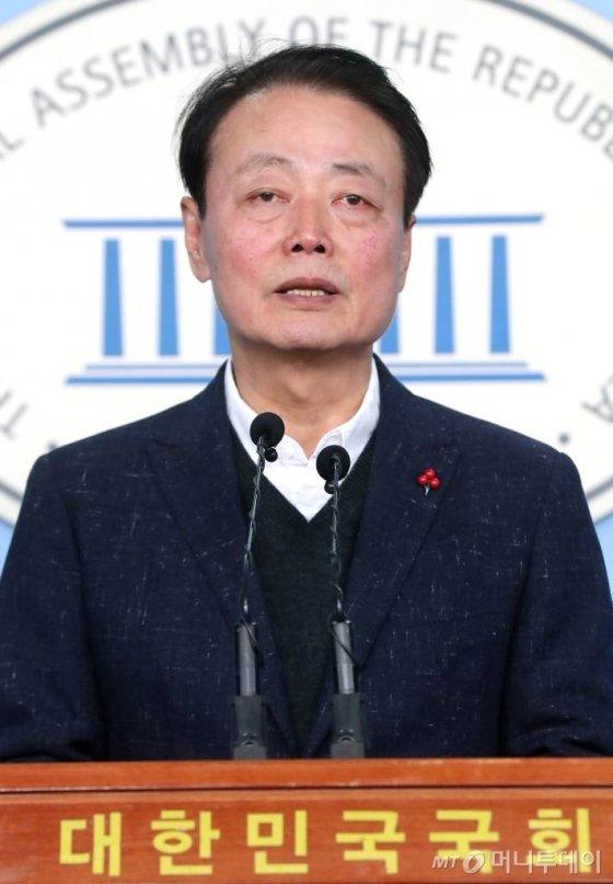"""자유한국당 한선교 의원이 2일 오전 서울 여의도 국회 정론관에서 제21대 총선 불출마 선언 기자회견을 하고 있다.<br><br>한 의원은 기자회견을 마치며 """"마지막으로 제 의원 생활 중에 탄핵되시고 감옥에 가신 박근혜 대통령께 정말 죄송하다, 저를 용서해주십시오""""라며 눈물을 흘렸다. / 사진=홍봉진 기자 honggga@"""