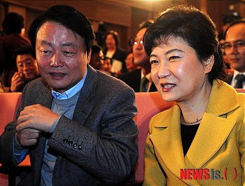 박근혜 전 대통령의 한나라당(자유한국당 전신)대표 시절 한선교 의원과의 대화. / 사진 = 뉴시스