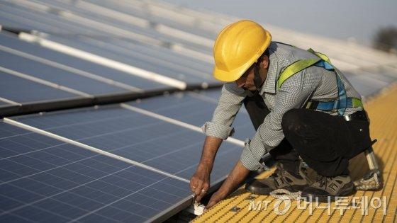 인도 마하라슈트라주 나시크에 위치한 보쉬 자동차부품공장에서 한 직원이 태양광발전 설비를 점검하고 있다./사진제공=로베르트보쉬