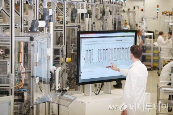독일 서부 자를란트주 홈부르크 인근에 위치한 로베르트보쉬 생산공장에서 한 직원이 에너지관리시스템을 통해 실시간 에너지효율을 점검하고 있다./사진제공=로베르트보쉬
