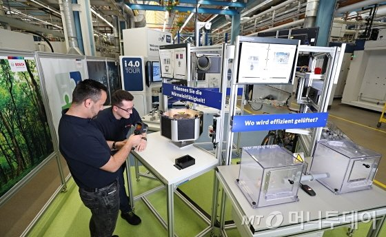 로베르트보쉬 직원들이 에너지효율 개선을 위한 에너지관리시스템을 테스트하고 있다./사진제공=로베르트보쉬