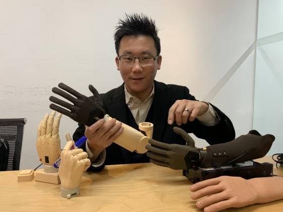 팔 잘린 사람들 위한 '전자의수', 韓 스타트업이 가격파괴