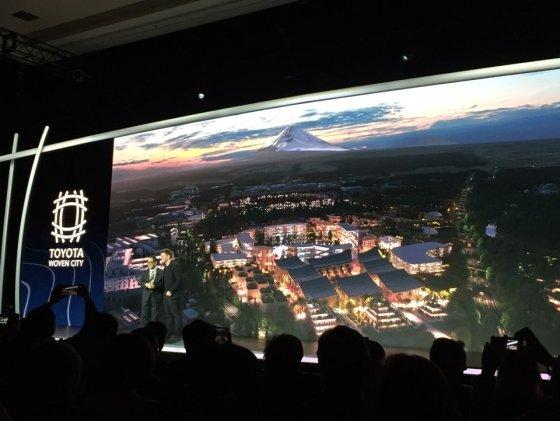 아키오 토요타 사장(왼쪽)이 6일(현지시간) 미국 라스베이거스 만달레이베이 호텔에서 열린 세계 최대 IT·가전전시회 'CES 2020'의 토요타 프레스 콘퍼런스에서 발표를 하고 있다./사진=기성훈 기자