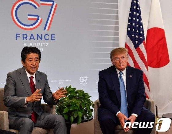 (비아리츠 AFP=뉴스1) 우동명 기자 = 도널드 트럼프 미국 대통령이 지난해 8월 25일(현지시간) G7 정상회의가 열린 프랑스 비아리츠에서 아베 신조 일본 총리와 13번째 정상회담을 하고 있다.   © AFP=뉴스1  <저작권자 © 뉴스1코리아, 무단전재 및 재배포 금지>