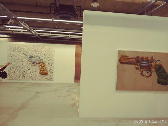 함명수 작가. 'Alive' 캔버스에 유채, 240×300cm, 2019(왼쪽),  'Pistol' 캔버스에 유채 112.1×162.2cm, 2008. /사진=김고금평 기자<br>