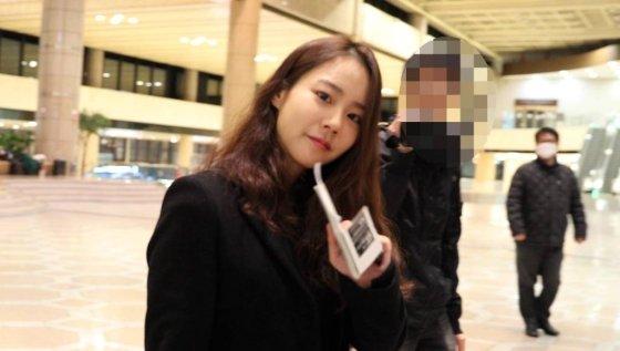 가수 겸 배우 한승연이 일본에서의 스케줄을 위해 지난해 12월 24일 오후 김포국제공항을 통해 출국하고 있다. / 사진=임성균 기자 tjdrbs23@