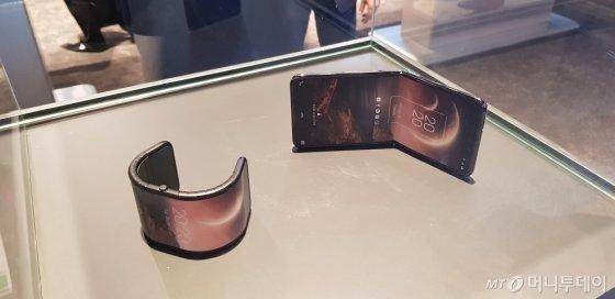 중국 TCL이 7일(현지시간) 미국 라스베이거스에서 개막한 세계 최대 IT·가전 전시회 'CES 2020'에서 폴더블폰 시제품을 대거 공개했다. 사진은 세로 방향으로 접히는 방식의 폴더블폰 시제품. /사진=심재현 기자
