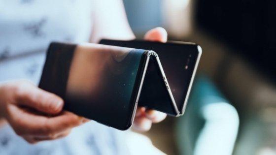 중국 TCL이 유튜브에 공개한 Z자형 방식의 폴더블폰 시제품. /유튜브 캡쳐