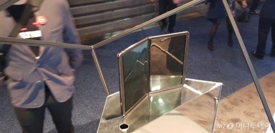 중국 TCL이 7일(현지시간) 미국 라스베이거스에서 개막한 세계 최대 IT·가전 전시회 'CES 2020'에서 폴더블폰 시제품을 대거 공개했다. 사진은 가로 방향으로 접히는 방식의 폴더블폰 시제품. 전체적으로 삼성전자가 지난해 출시한 갤럭시폴드와 비슷하다. /사진=심재현 기자