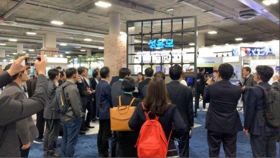 성윤모 산업통상자원부 장관이 행사장을 방문해 ㈜코스윌의 3D 홀로그램 기술을 체험하고 있다. / 사진=㈜코스윌