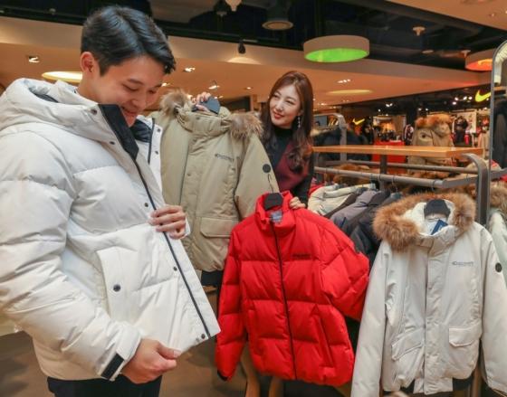 현대백화점에서 고객이 디스커버리익스페디션 숏패딩을 살펴보는 모습./사진제공=현대백화점
