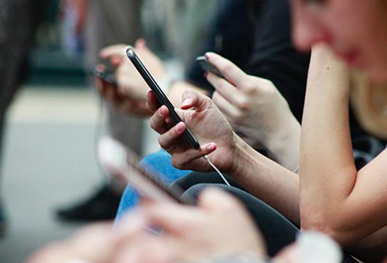 지하철에서 스마트폰을 사용하고 있는 모습/사진=Unsplash
