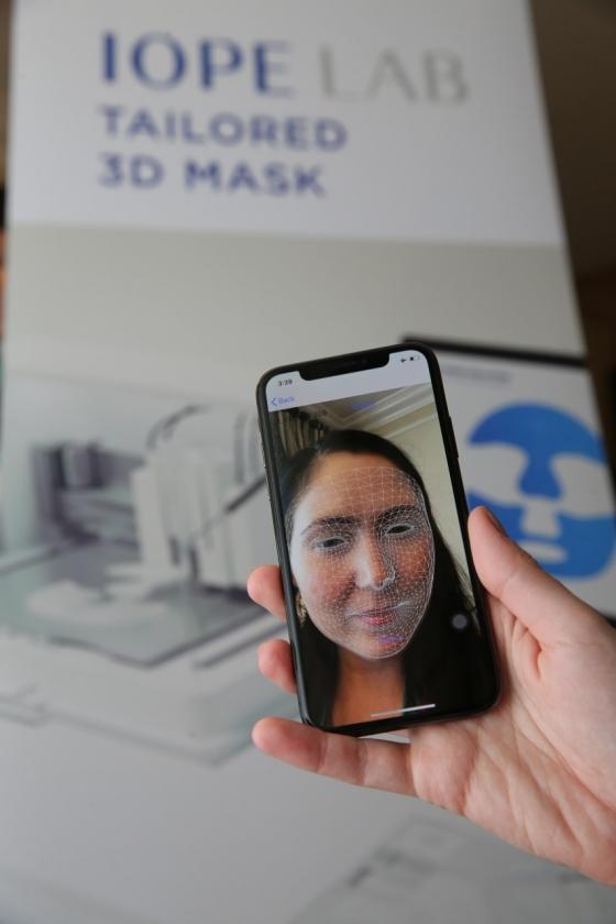 CES 2020 아모레퍼시픽 체험공간에 방문한 고객이 '3D 프린팅 맞춤 마스크팩'을 만든 모습/사진제공=아모레퍼시픽