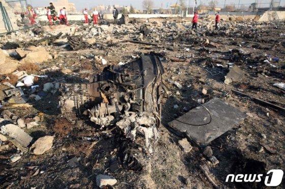 8일(현지시간)  우크라이나항공 여객기가 테헤란의 이맘호메이니 국제공항을 이륙한 직후 추락한  현장에 잔해들이 어지럽게 널려 있다. 우크라이나 키예프 보리스필 국제공항으로 향 하고 있던 이 여객기에 탑승한 승객 180명은 전원이 숨진 것으로 전해졌다. /사진 AFP=뉴스1