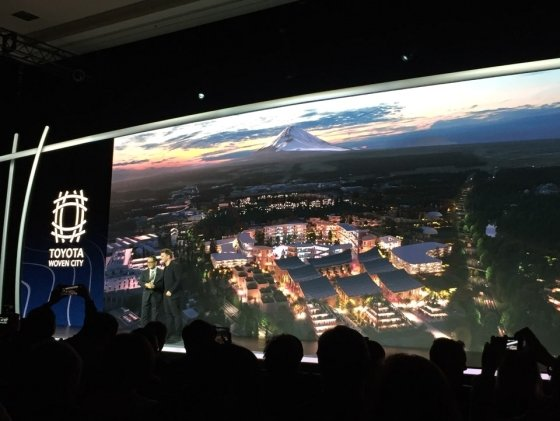 아키오 토요타 사장(왼쪽)이 지난 6일(현지시간) 미국 라스베이거스 만달레이베이 호텔에서 열린 세계 최대 IT·가전전시회 'CES 2020'의 토요타 프레스 콘퍼런스에서 발표를 하고 있다./사진=기성훈 기자