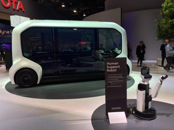 토요타의 우븐 시티에서 사용될 자율주행 셔틀 'e-팔레트(뒷쪽)'와 휴먼 서포트 로봇./사진=기성훈 기자