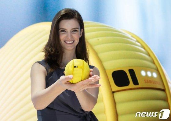 (서울=뉴스1) = 미국 라스베이거스에서 열리는 세계 최대 전자 전시회 CES 2020 개막일인 7일(현지시간) 삼성전자 전시관에서 모델이 지능형 컴퍼니언 로봇(Companion Robot) '볼리(Ballie)'를 소개하고 있다. (삼성전자 제공) 2020.1.8/뉴스1  <저작권자 ⓒ 뉴스1코리아, 무단전재 및 재배포 금지>