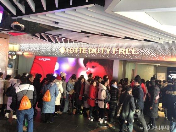 10일 오후 서울 을지로 롯데면세점을 찾은 이융탕 임직원들이 매장에 들어서기 위해 줄을 서고 있다./사진=롯데