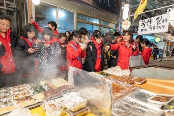 중국 각지에서 출발한 초, 중교고 학생들로 구성된 수학여행단이 3500명이 한국을 찾는다. 사진은 지난 10일 방한한 학생들이 한국 전통시장을 체험하는 모습. /사진=인천관광공사
