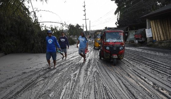 필리핀 루손섬 남부 바탕가스주(州) 타나우안 마을이 탈(Taal) 화산이 뱉어낸 화산재에 덮여있다. /사진= AFP