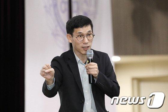 진중권 전 동양대 교수/사진=뉴스1, 사진제공=서울여자대학교