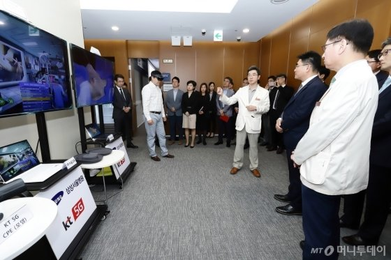 KT와 삼성서울병원 관계자들이 지난 9월 있었던 5G 스마트병원 MOU 시연회에서 VR과 AR을 통한 수술 교육 시연을 참관하고 있다./사진=KT