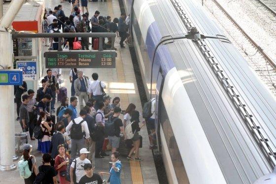 민족 최대 명절인 추석 연휴 서울역에서 시민들이 고향가는 열차에 오르고 있다. /사진=머니투데이DB
