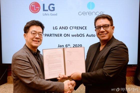 LG전자와 쎄렌스는 최근 미국 라스베이거스에서 박일평 LG전자 CTO(최고기술책임자)(사장·왼쪽)와 산자이 다완 쎄렌스 CEO(최고경영자)가 참석한 가운데 차량용 솔루션을 공동으로 개발하기 위한 양해각서(MOU)를 체결했다./사진제공=LG전자