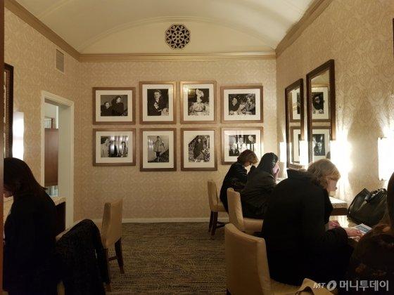 13일(현지시간) JP모건 헬스케어 콘퍼런스가 열린 미국 샌프란시스코 웨스틴 세인트프란시스호텔 여자 화장실 파우더룸에서 참가자들이 일을 하고 있다./사진=김근희 기자