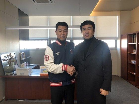 김강민(오른쪽)이 13일 FA 계약을 맺은 후 손차훈 SK 단장과 악수하고 있다./사진=SK 와이번스