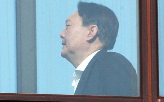 윤석열 검찰총장이 13일 오후 서울 서초구 대검찰청에서 점심식사를 하기 위해 구내식당으로 이동하고 있다. 2020.1.13/사진=뉴스1
