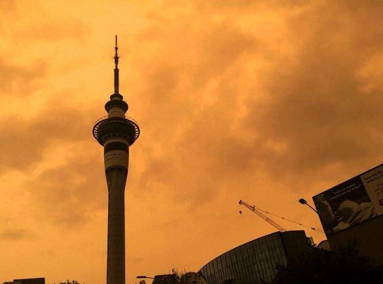 뉴질랜드 오클랜드 스카이 타워 뒤로 지난 5일 오렌지 색으로 변한 하늘이 보이고 있다. 호주 산불사태로 인한 연기로 하늘이 오렌지 빛이 됐다./사진=뉴시스