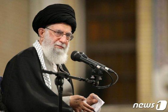 """(테헤란 AFP=뉴스1) 우동명 기자 = 이란 최고지도자인 아야톨라 알리 하메네이가 8일(현지시간) 테헤란에서 종교도시 곰의 성직자들을 초청해 연설을 하고 있다. 하메네이는 이날 이라크 미군 기지에 대한 공격에 대해 """"우리는 미국의 뺨을 한 대 때렸을 뿐이다""""라며 """"미국이 '뺑소니'를 하던 시절은 지났다. 우리는 추적해 대가를 치르도록 할 것이다""""라고 말했다.  © AFP=뉴스1  <저작권자 © 뉴스1코리아, 무단전재 및 재배포 금지>"""