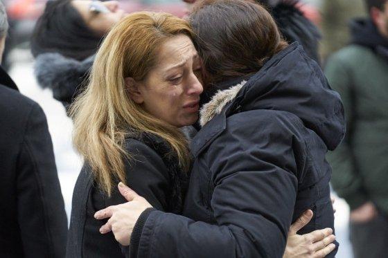 12일(현지시간) 캐나다 토론토의 토론토대학에서 열린 이란 내 우크라이나항공 여객기 피격 희생자들을 위한 추도식에서 두 여성이 슬픔을 나누고 있다. /사진=AFP