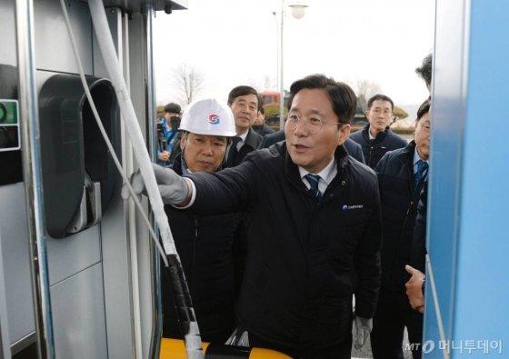 성윤모 산업통상자원부 장관이 26일 오후 대전 유성구 학하수소충전소를 방문해 충전 시설의 안전을 점검하고 있다. (사진=산업통상자원부 제공) 2019.12.26. /사진=뉴시스