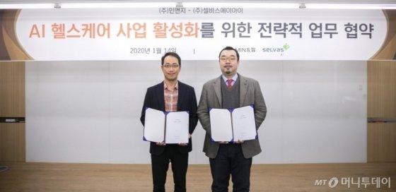 이현철 민앤지 대표(왼쪽)와 윤승현 셀바스AI 부사장이 AI 헬스케어 사업 활성화를 위한 전략적 업무협약을 체결했다/사진=민앤지