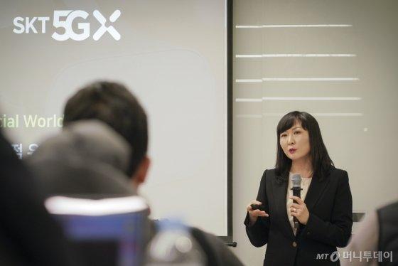 SK텔레콤 전진수 클라우드 게임 사업담당이 Xbox개발자 회의에서 자사 게임 사업 방향을 발표하고 있는 모습./사진제공=Sk텔레콤