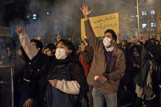 11일 이란 테헤란의 아미르 타비르 대학 인근에서 이란 군부의 우크라이나 여객기 오인 격추를 비판하고 있는 반정부 시위대. 사고 희생자 176명 중 이란인은 82명에 달한다. /사진=AFP