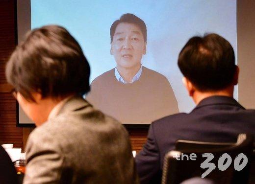 정계복귀를 선언한 안철수 바른미래당 전 대표가 9일 오전 서울 여의도 국회 의원회관에서 열린 '한국정치 이대로 좋은가?' 미래 정책토론회에서 영상 메시지를 전달하고 있다. / 사진=홍봉진 기자 honggga@