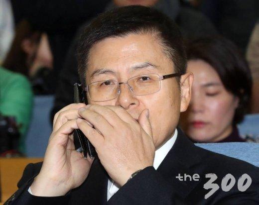 자유한국당 황교안 대표가  8일 오전 서울 여의도 국회 의원회관에서 열린 2020년 영입인사 환영식에 앞서 통화하고 있다. / 사진=홍봉진 기자 honggga@