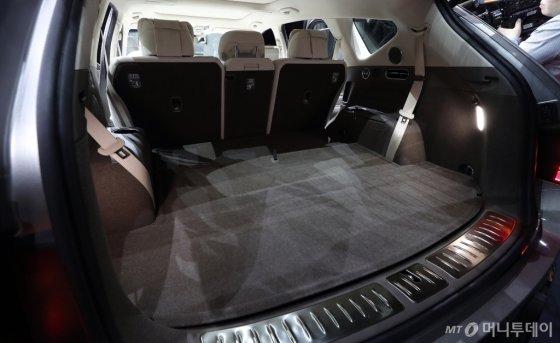 제네시스 럭셔리 플래그십 SUV 'GV80'의 넓은 트렁크. 바닥에 3열이 숨겨져 있다. /사진=김창현 기자