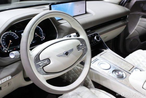 기존 SUV와 다른 디자인과 첨단 기술을 바탕으로 안전하고 편안하게 운전할 수 있도록 개발된 제네시스 'GV80'의 운전석. /사진=김창현 기자