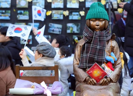 시민들이 15일 오후 1422차 일본군성노예제 문제해결을 위한 정기 수요시위에 참석해 태극기를 흔들고 있다. / 사진=뉴시스