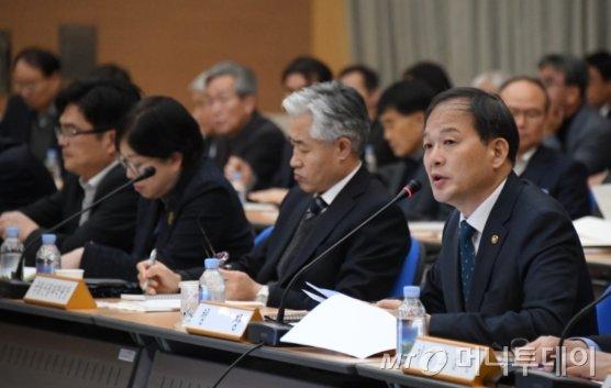 박종호 산림청장(사진 오른쪽 첫번째)이 15일, 정부대전청사에서 열린 '2020년도 전국 산림관계관 회의'에서 인사말을 하고 있다./사진제공=산림청