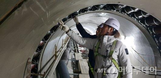 농어촌공사는 안전중심 경영을 중점 추진하고 있는 한국농어촌공사 직원이 경북 무림지구 배수개선사업 현장에서 시공중인 배수터널의 내부의 안전상태를 점검하고 있다. 사진제공=농어촌공사