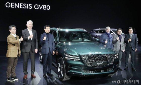 현대자동차그룹 고급 브랜드 제네시스가 15일 오전 경기 고양시 킨텍스에서 선보인 첫 SUV 'GV80'. 현대차그룹 임원진이 기념사진을 촬영하고 있다. /사진=김창현 기자