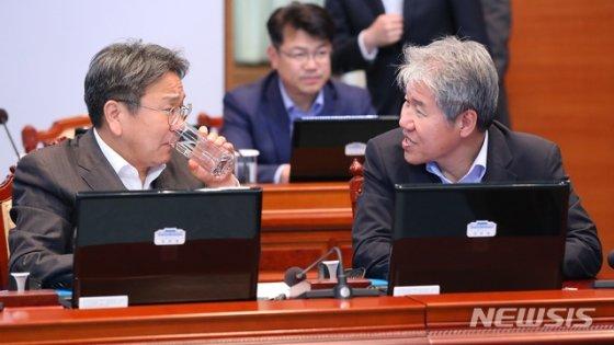 【서울=뉴시스】전신 기자 = 청와대의 김수현 전 정책실장과 강기정 정무수석. 2019.05.13.    photo1006@newsis.com